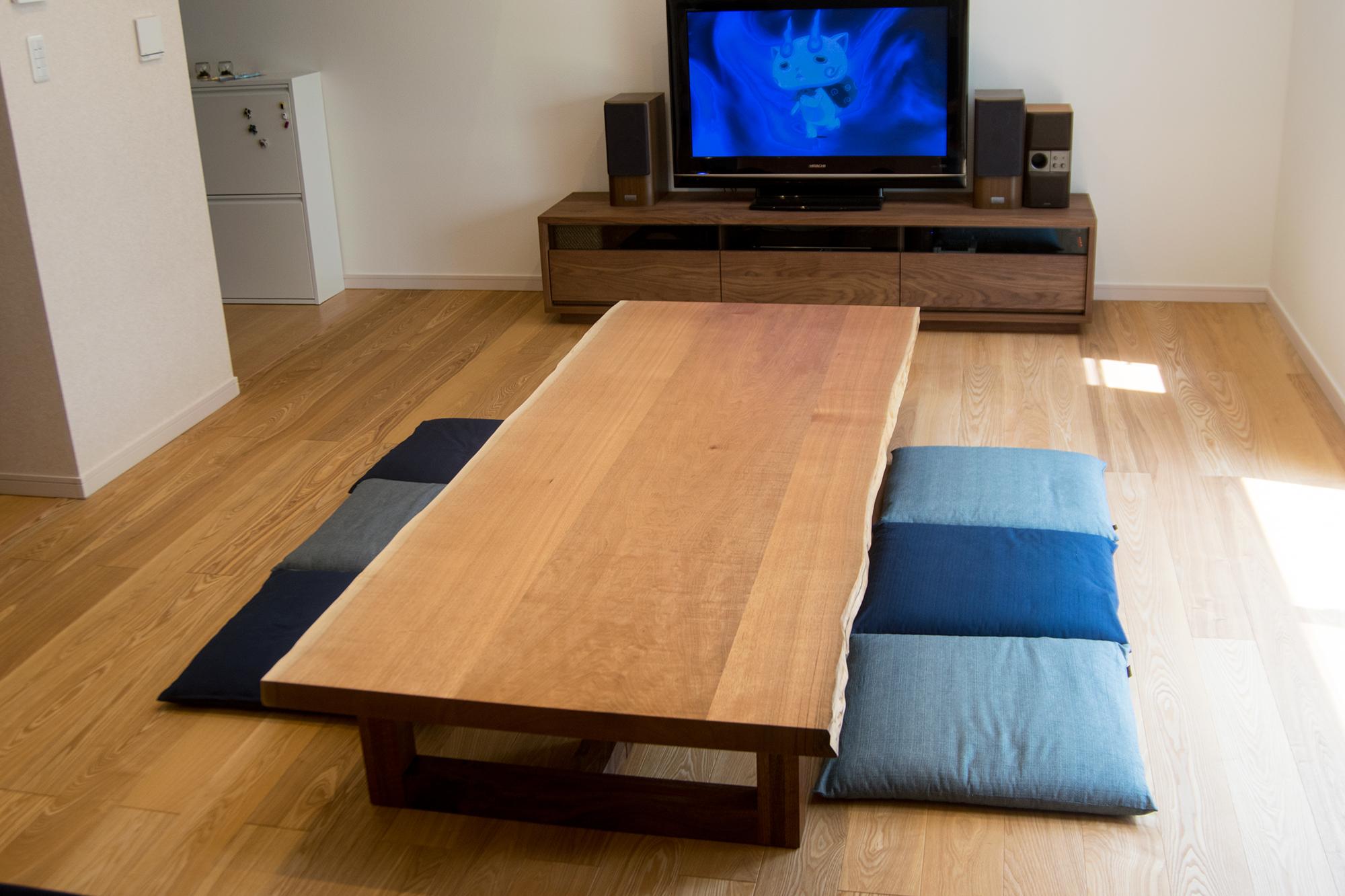 クルミ三枚接ぎ天板のローテーブル