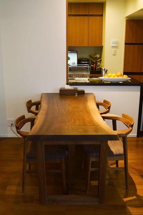以前にご納品させていただいた、一枚板天板のダイニングテーブルセット