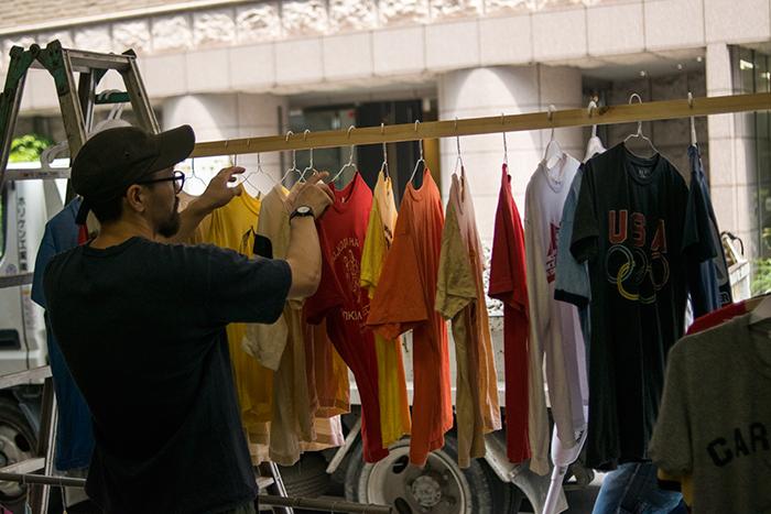 OLD CLOTHES STOOL用のTシャツをクリーニングしてきて干しています