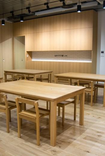 テーブルと椅子、YKK株式会社様「ものづくり館」へ家具をお届けしました