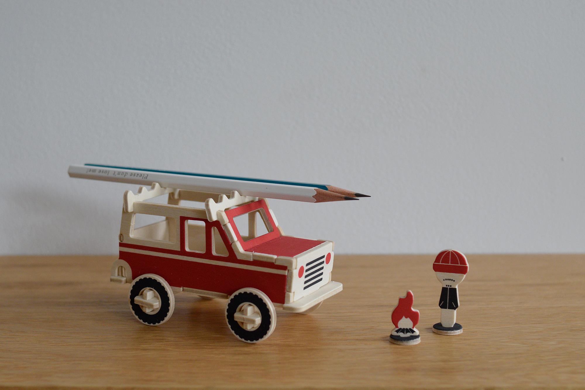 PLAY-DEKO ビークル SUV。ルーフキャリアにペンを置くことが出来、トランクを開けて小物を入れられます。 現代社会という荒野を行く大人たちに。
