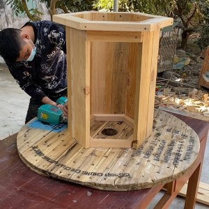 Clever DIY Recycled Furniture Ideas for Outdoor Living // Cool Wooden Cable Reel Recycling Ideas