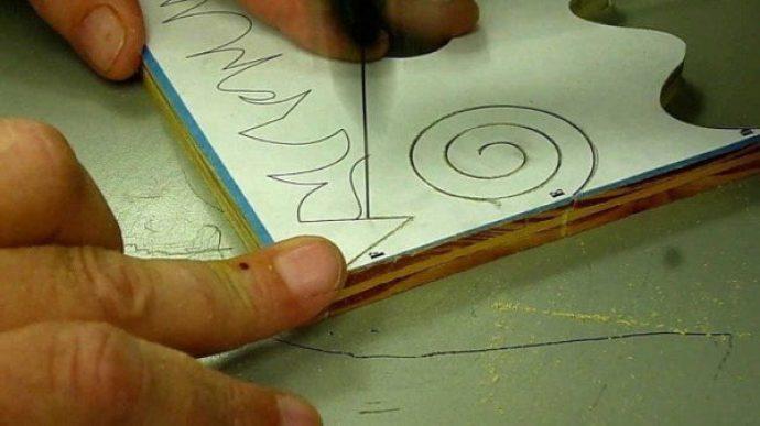 A man use scroll saw