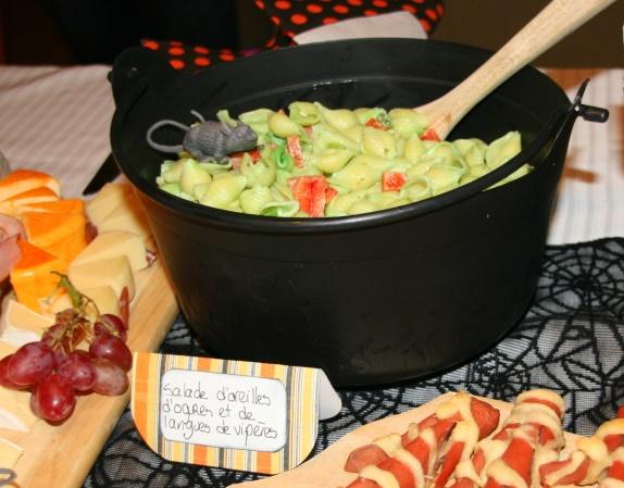qui est en fait une salade de pâtes (coquillettes) avec des morceaux de  piments et oignons verts avec du colorant vert, N\u0027oubliez pas de mettre le  tout dans