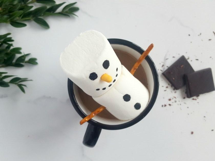 Chocolat chaud au caramel et son bonhomme de neige