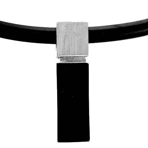 Minimalistisk halskæde med sort vedhæng