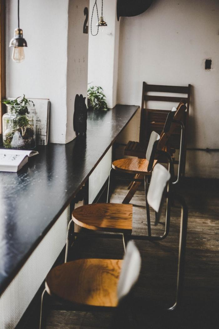 houten vloer en stoelen