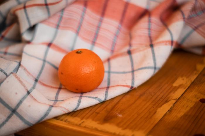 sinaasappel op tafel
