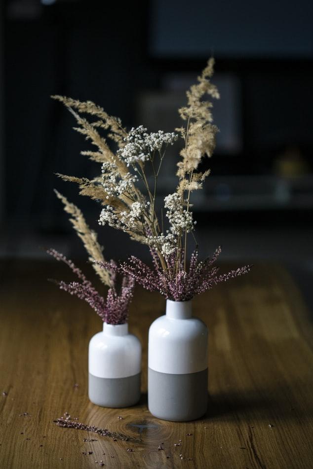 droogbloemen in klei vaas