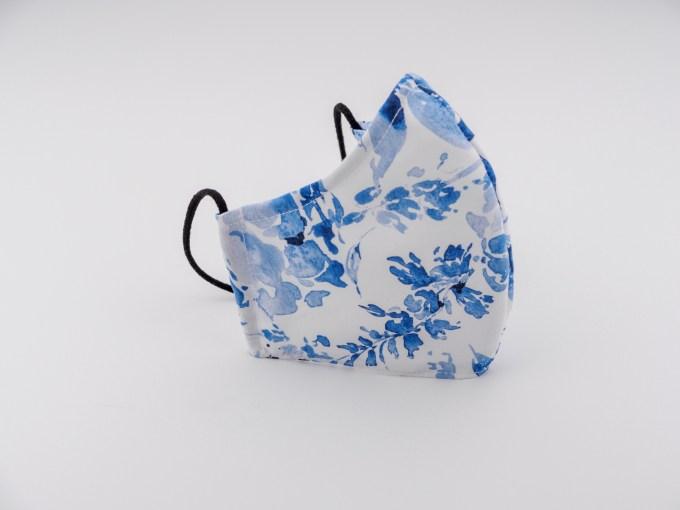 Mască de protecție albă cu flori albastre