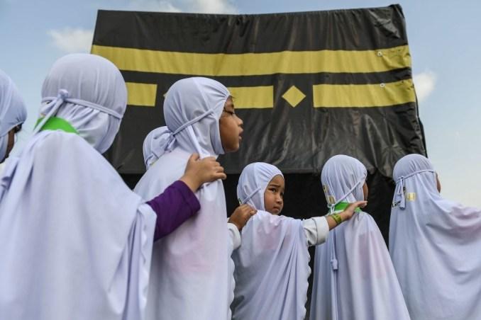 Arabs Kids on a Line