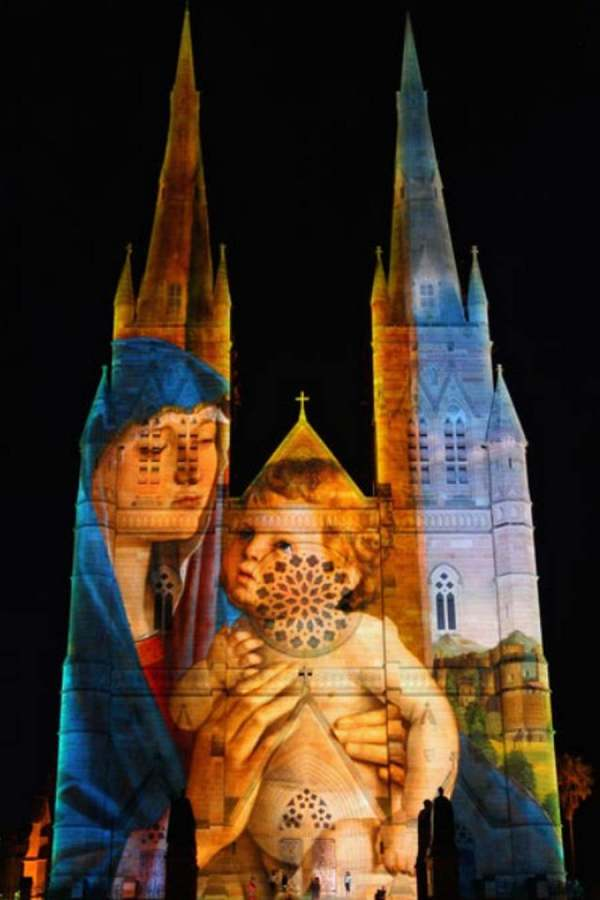 wordlessTech | Sydney cathedral Lights up for Christmas