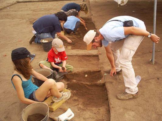 Adolescents sur le chantier de fouilles