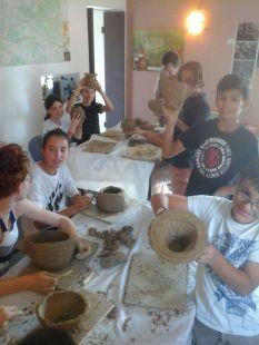 Fabrication de poterie avec les techniques préhistoriques