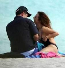 Alberto Cutié avec sa petite amie sur une des plages les plus fréquentées de Miami