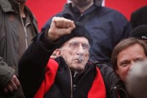 Le signe de poing communiste et écharpe rouge communiste de Don Gallo