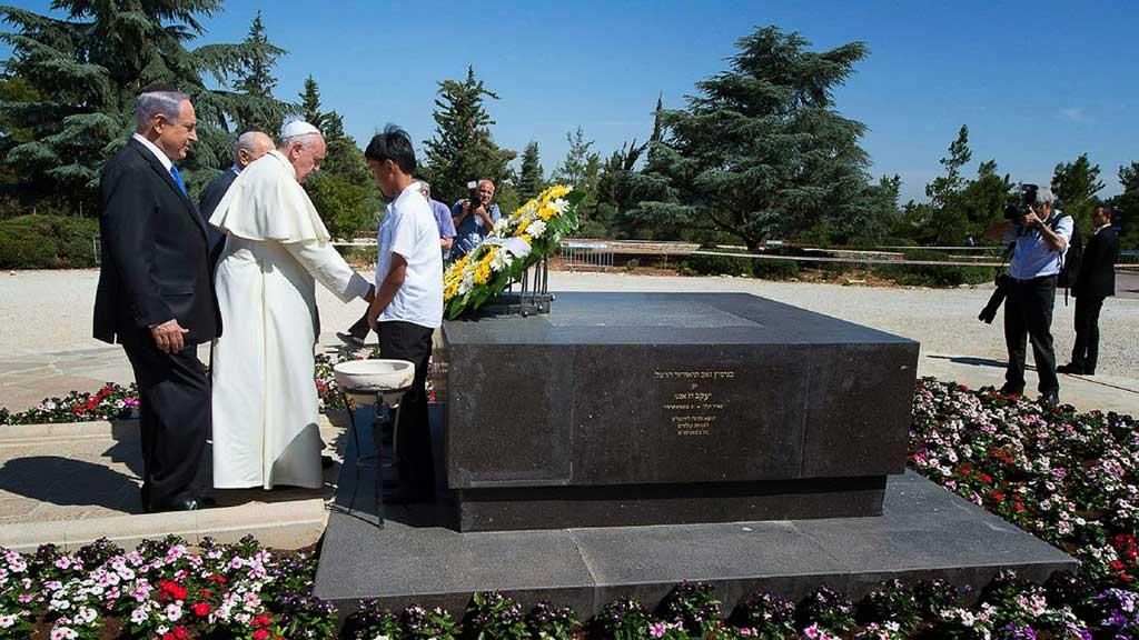 Francis colocó una ofrenda floral en la tumba de Theodor Herzl