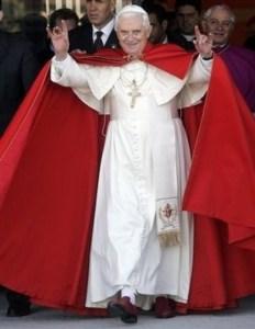 Benoît 16 faisant le « signe des cornes »