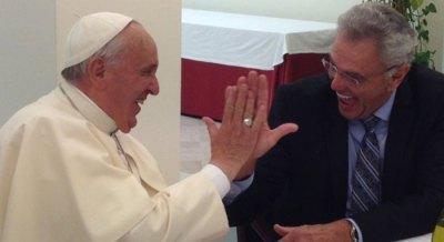Le high five (en français « tape m'en cinq ») de Brgoglio avec un Pasteur Protestant