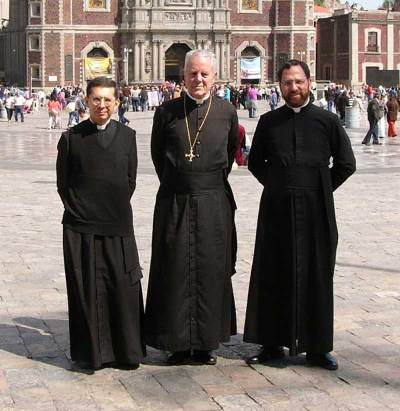 L'abbé Hugo Ruiz Vallejo (g), Mgr Richard Williamson et l'abbé François Chazal (d)