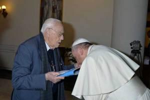 François embrassant la main don Michele De Paolis