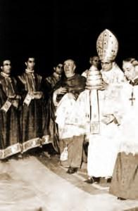 Paul VI dépose définitivement la Tiare sur l'Autel !