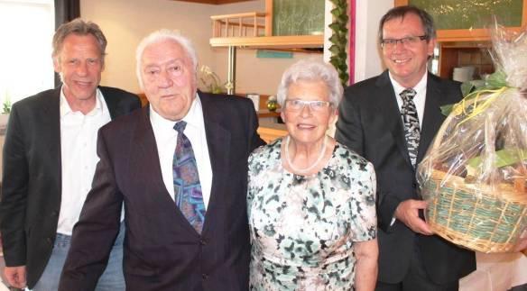 Glückwünsche zur goldenen Hochzeit von Erwin und Irma Teufel überbringen Gerhard Sprißler (links), stellvertretender Bürgermeister der Stadt Hettingen und Ehrenvorsitzender des TSV Inneringen, sowie Gerhard Flöß (rechts), Vorsitzender des TSV Inneringen.