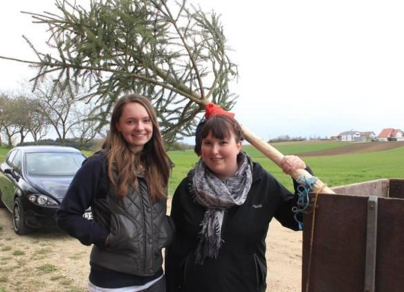 Jennifer Kopp (rechts) aus Reutlingendorf kauft in Inneringen einen Maibaum, mit dem sie ihren Freund überraschen will. Beim Einkaufen hilft ihre Freundin Romy Hänle.  Foto: Ignaz Stösser