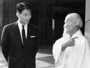 Shoji Nishio met Morihei Ueshiba, de oprichter van Aikido
