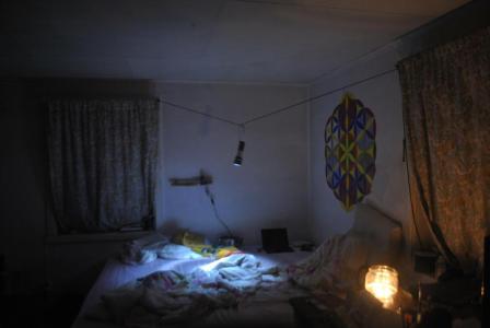 Ich habe es mir gemütlich gemacht. Die Taschenlampe aufgehängt um sie nicht ständig festhalten zu müssen und Kerzen sorgen für weiteres Licht.