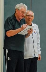 Karl-Heinz Pielmeier (l.) und Eckhard Schulz überprüften immer nach einem Zieleinlauf die Ergebnisse des Wettbewerbes.