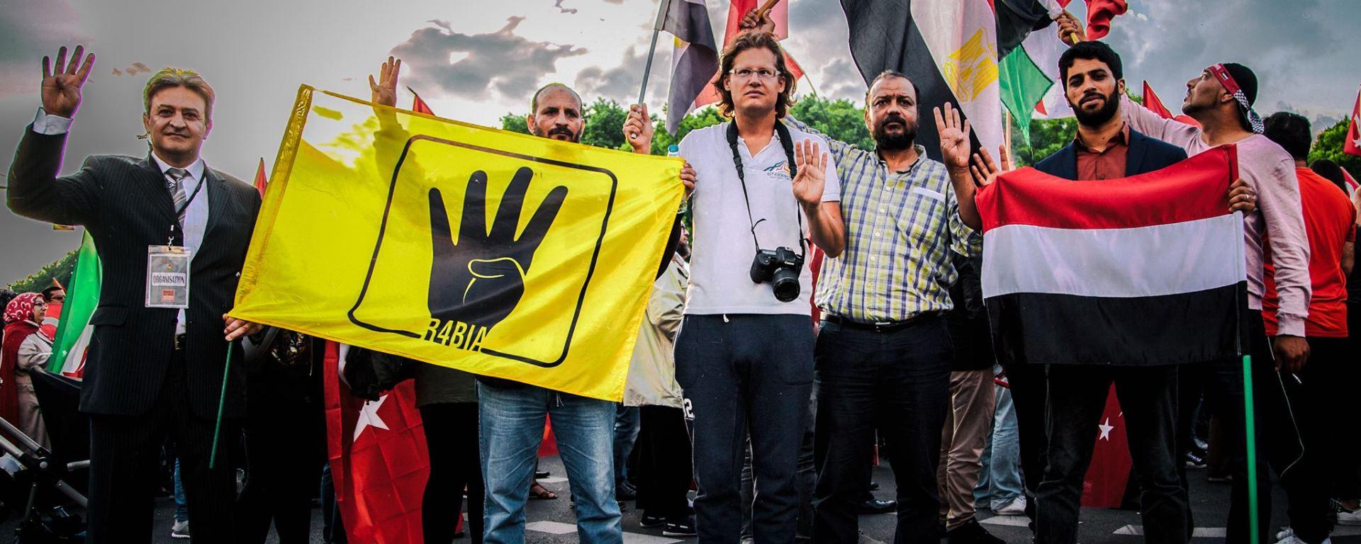 Martin Lejeune auf der Großkundgebung gegen die Bundestagsresolution, die den türkischen Genozid an den Armeniern thematisiert. Dort präsentierte er sich mit einer r4bia Flagge der ägyptischen Muslimbruderschaft, die der Terrororganisation Hamas nahesteht