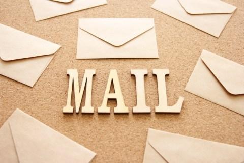 無料メルマガ登録に誘う「MAIL」の文字と数枚のレター