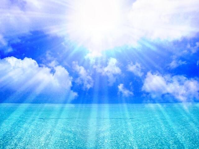 輝く太陽と真っ青な海原