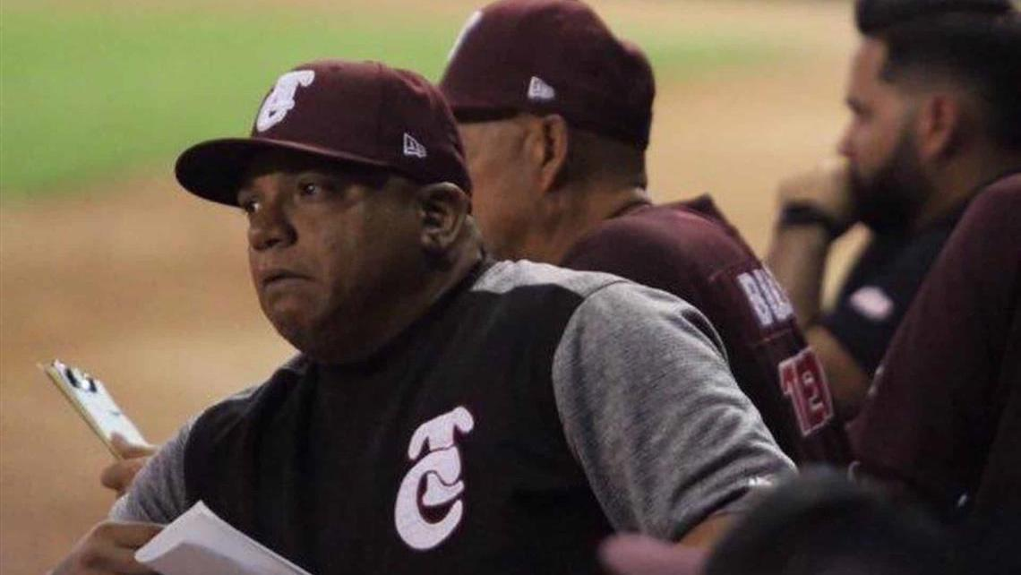Robinson Cancel managing a game for Tomateros de Culiacán in a 2018-2019 season game.