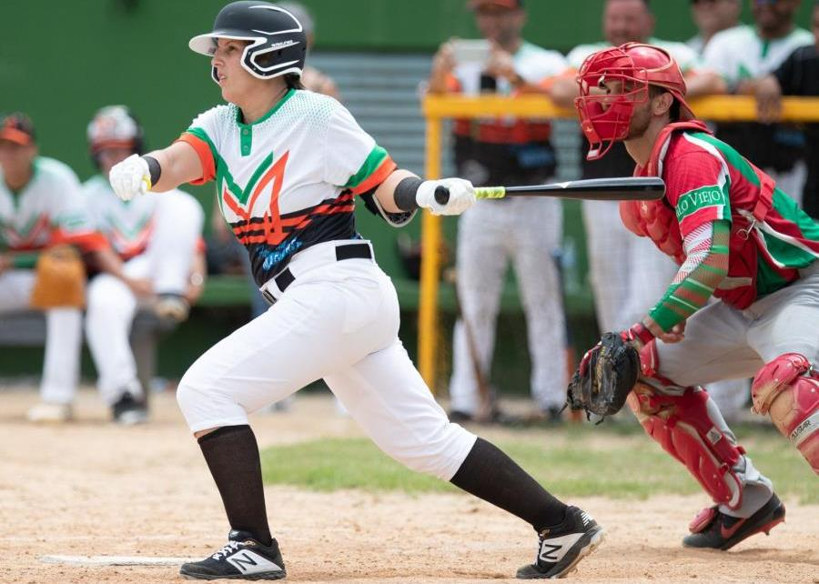 Diamilette Quiles making contact with a pitch for Montañeses de Utuado.