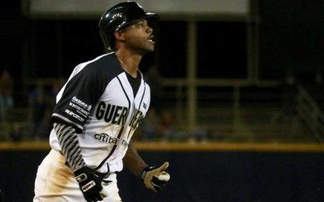 Alonzo Harris hits a home run for Guerreros de Oaxaca.