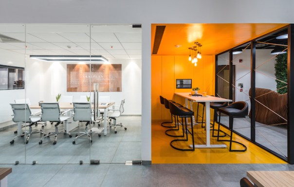 Both the meeting rooms with their distinct language and elements present a dynamic chemistry of contrasting variables. Image courtesy of PHX India.