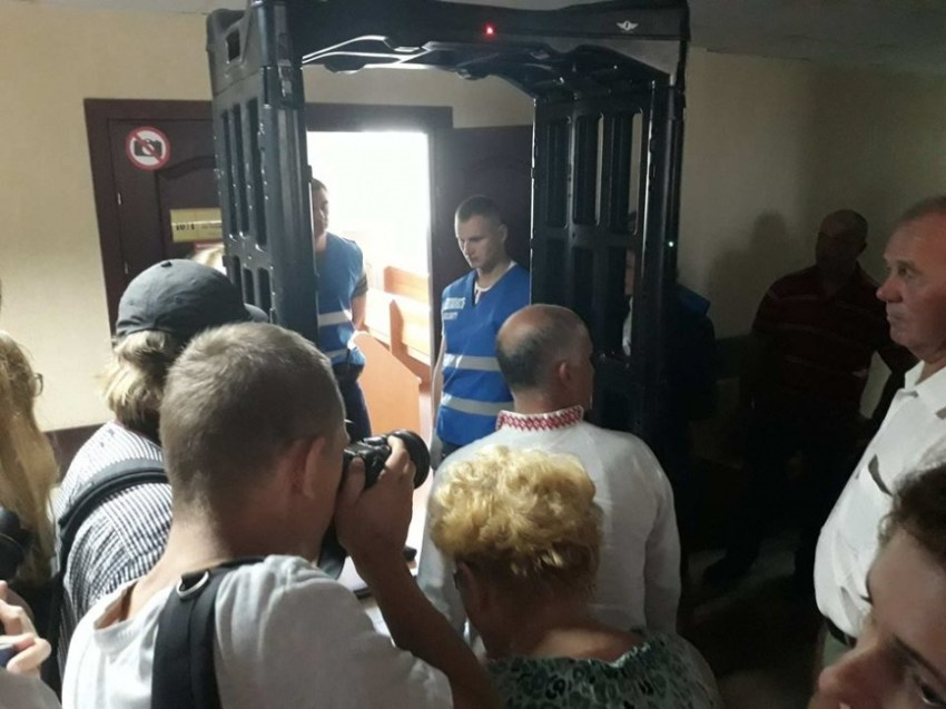 Igor Komlik entering the court room. Photo courtesy of http://praca-by.info