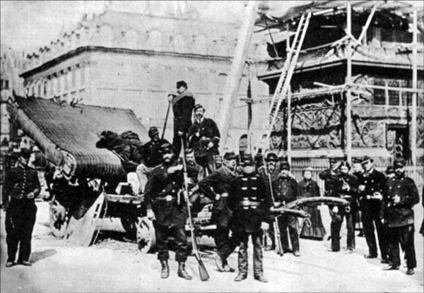 """Paris """"kommunarder"""" förstör Tour Vendôme. (En hatad symbol för franska imperiet och militär rustning)"""