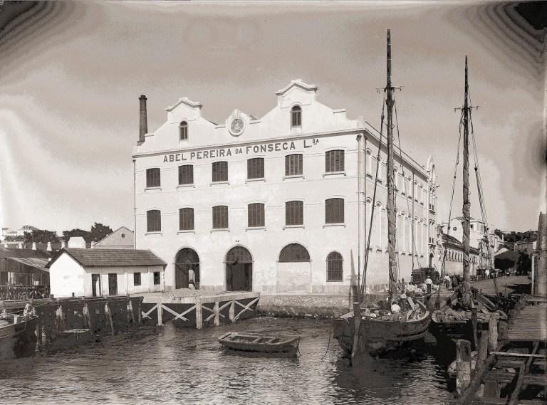Fachada traseira (Av. Infante D. Henrique) do edifício