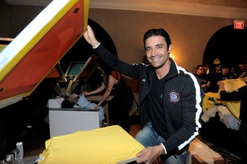 capcom-lost-planet-2-launch-party-gilles-marini-making-t-shirt
