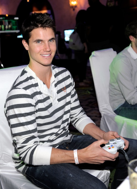 capcom-lost-planet-2-launch-party-robbie-amell-gaming2