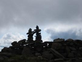 murs de pierre au sommet pour protéger du vent
