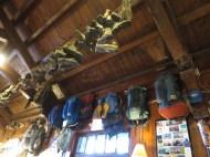 à l'intérieur: expos de vieilles godasses et sac-à-dos