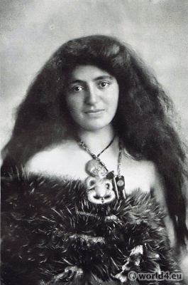Māori Wahine costumes. kiwi feathers. pendent heitiki. Traditional New Zealand dress