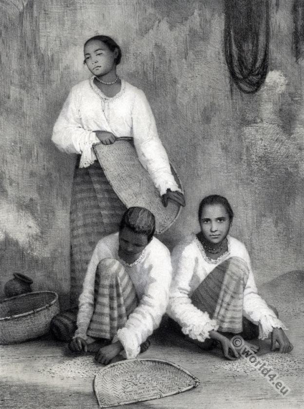 Sinhalese women. Sri Lanka traditional costumes