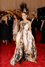 best-sarah-jessica-parker-committed-to-the-punk-theme-in-this-amazing-philip-treacey-mohawk-headpiece-gilles-dress-fred-leighton-jewels-and-christian-louboutin-custom-boots