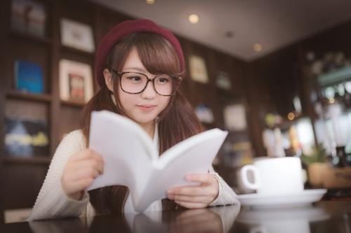 眼鏡女子とカフェ