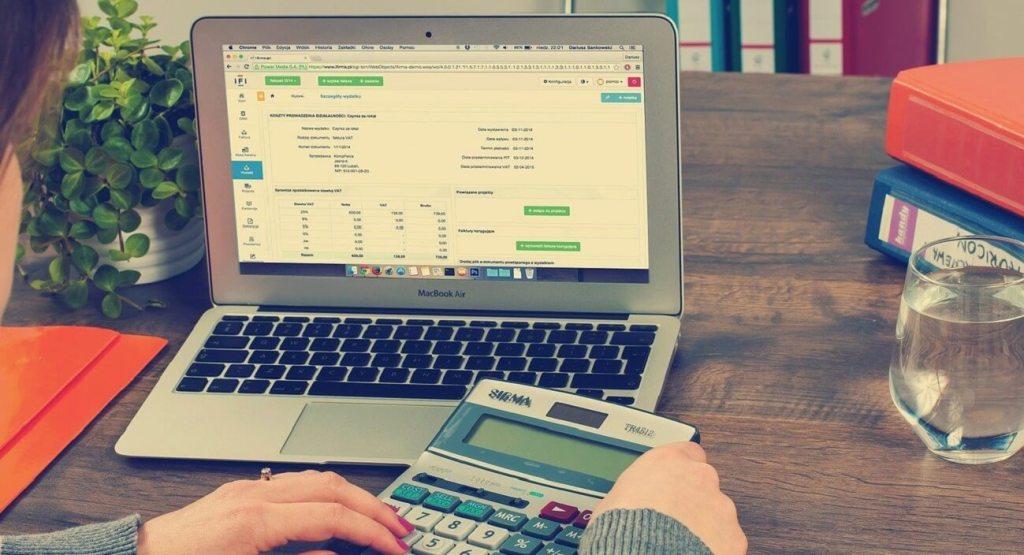 E-ticarette e-fatura kullanımı birçok avantaj barındırır. E-ticaret firmalarının e-fatura zorunluluğu sektörlere göre değişir.